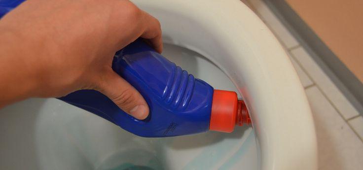Im Kampf gegen Urinstein und Kalkablagerungen musst du nicht zwingend zur Chemiekeule greifen. So kannst du deinen WC-Reiniger selber machen und dabei sogar noch Geld sparen und die Umwelt schonen.