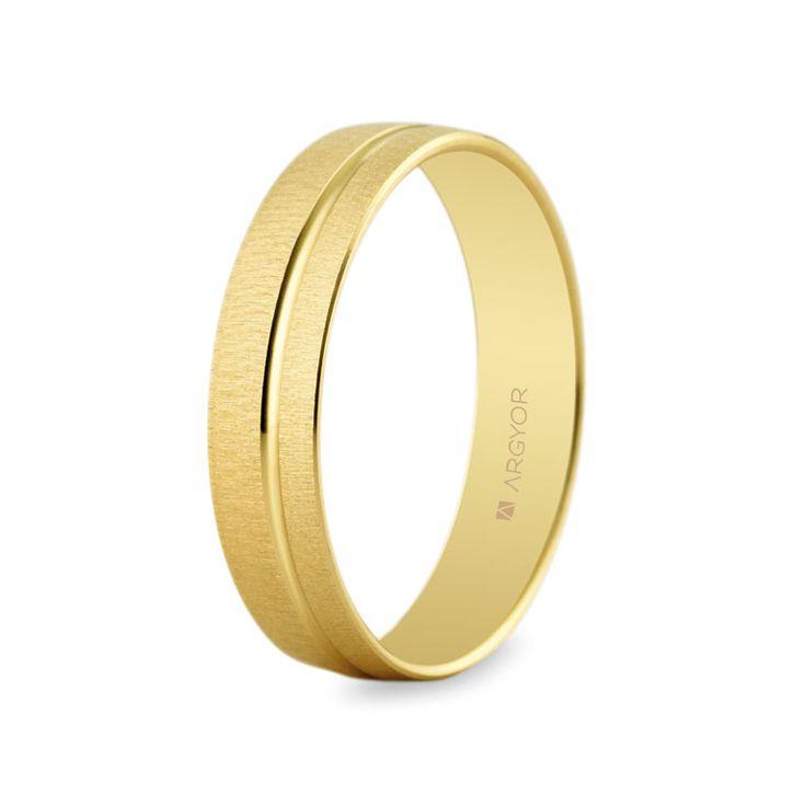 Argolla de boda de 4,5mm de anchura. Acabado satinado con línea en bajorrelieve en brillo. Oro amarillo de 14 quilates. Modelo Argyor 5145473.