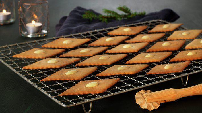Sirupsnipper hører til blant julebaksten, og er for mange et symbol på julen. Sprø og gode julekaker, som har lang holdbarhet. En porsjon av denne oppskriften, gir ca. 100 sirupsnipper.