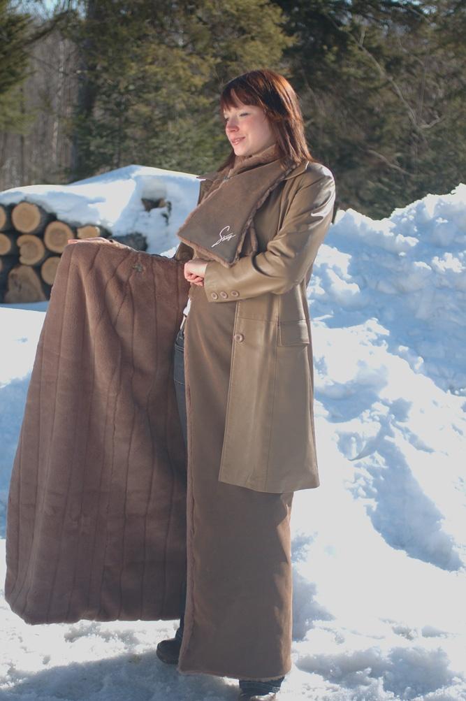 Une jupe qui se porte par dessus votre pantalon ou une autre jupe, avec votre manteau d'hiver de manière à vous garder au chaud et protéger votre vêtement. Ces jupes sont vendues en version chic (fourrure et cuir synthétique) et en version sport (polar et nylon)  créer par Stessy chenail Designer   450 349 3110   www.stessy.ca  designer@stessychenail.com