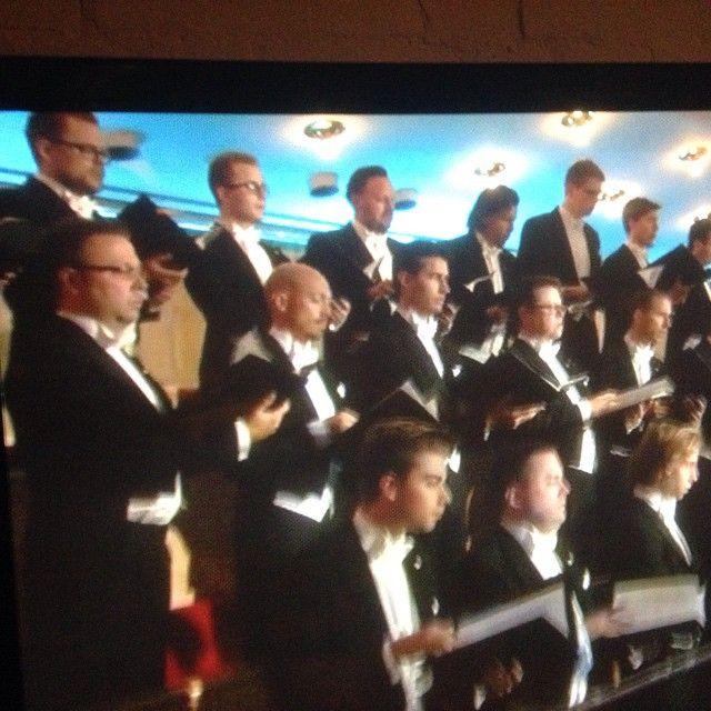 Playing for life - stödkonsert för världens flyktingar börjar nu i SVT 2. Svågern Mårten, tvåa från vänster i mittraden, köpte fracken i onsdags :)