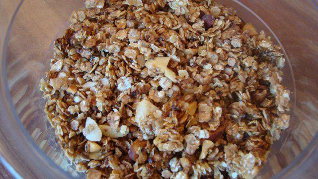 Das perfekte Selbstgemachtes Crunchy-Müsli-Rezept mit einfacher Schritt-für-Schritt-Anleitung: Öl und Honig bzw. Ahornsirup in eine beschichtete Pfanne…