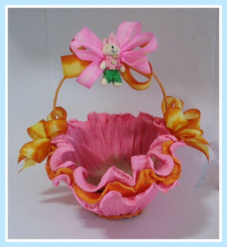 Linda cesta de Páscoa em vime, decorada com papel crepom, laços, fitas,flores e coelhinho de pelúcia (chaveiro)..