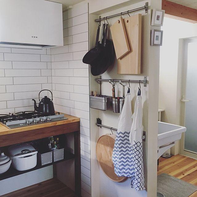 女性で、Otherの10cm/見せる収納/隠せない収納/katajiya/ペンキ塗り/キッチン…などについてのインテリア実例を紹介。「 コンロ横の奥行10cmほどのスペースに引っ掛け収納。 実はフライパンとまないたを引っ掛ける意味があんまり無いなと感じているので改良の余地ありです。 これらって初めから準備しとく物で調理中サッと取りたいと思う事が無いタイプのツールなので、コンロ下とかで多分充分使いやすいかなと。 まないたの横、こんなわずかなスペースでも絵を飾りたい。笑 収納もディスプレイも極小スペースなのでイベント参加します。」(この写真は 2017-02-03 16:20:04 に共有されました)