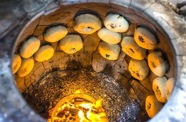 한국일보 : 생활 : 전복빵ㆍ화덕만두ㆍ꽁치김밥… '빵빵한' 간식 여행: COOKING THE BIG FAT DUMPLINGS WITH DEEP FIRE PLACE