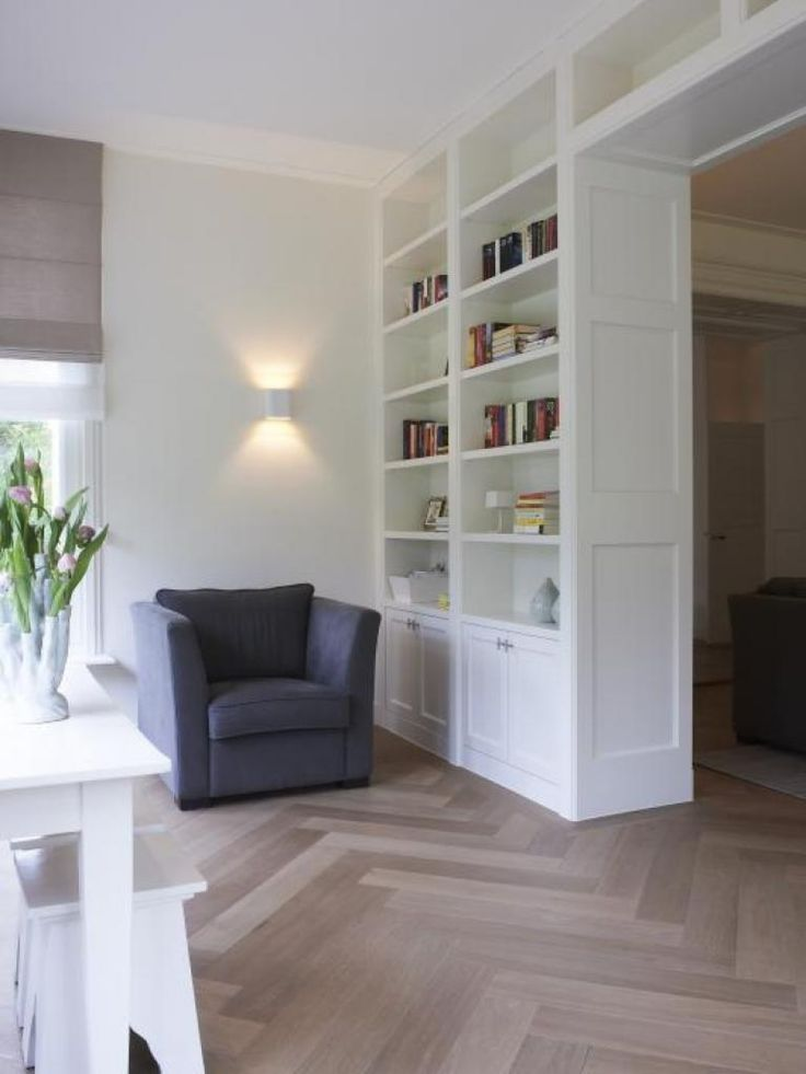 Living room with neutral colors, white wall with wooden floor / Woonkamer, witte…