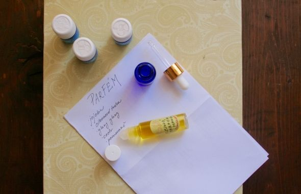 Olejové parfémy jsou skvělé. Můžete je v malém rollonku nosit všude s sebou a vůni přes den obnovovat, také se jednoduše nanáší a neobsahují alkohol, který pokožku vysušuje a urychluje vypařování esencí. Všechny ingredience nakapeme do rollonku, zavíčkujeme, protřepeme a necháme několik hodin ustálit. Jojobový olej - používá se v parfumerii, protože se jedná o tekutý rostlinný vosk, který esence zafixuje lépe než jiné oleje Ylang ylang - moje oblíbená květová zemijtějsí vůně