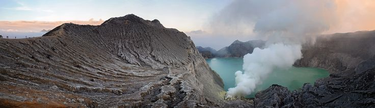 https://flic.kr/p/A9zCKi | No swimming allowed ! | Ai primi chiarori dell'alba la magica luce azzurra  (vedi qui) ,  provocata dai gas sulfurei che escono dalle fessure delle pareti del cono vulcanico diventa invisibile,  trasformandosi in una banale nuvola bianca.  Appare pero', nella sua imponenza, il grande cratere , occupato al centro da un lago dai colori poco rassicuranti.  E' uno dei laghi ad alta concentrazione di acido solforico piu' grandi al mondo..  Vulcano Kawah Ijen, Giava…
