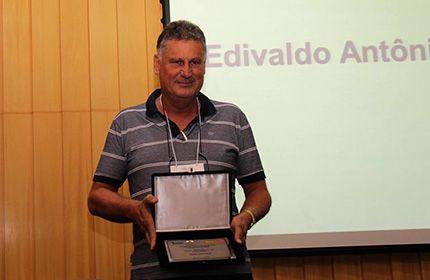 Professor da Unesp de Botucatu é premiado pela Associação Paulista de Avicultura - O professor Edivaldo Antônio Garcia, do Departamento de Produção Animal da Faculdade de Medicina Veterinária e Zootecnia da Unesp, câmpus de Botucatu, recebeu o prêmio Destaques da Avicultura de Postura em 2016 como Pesquisador do Ano.  O prêmio foi entregue durante o Congresso de Produção e - http://acontecebotucatu.com.br/educacao/professor-da-unesp-de-botucatu-e-premiado-pela-a