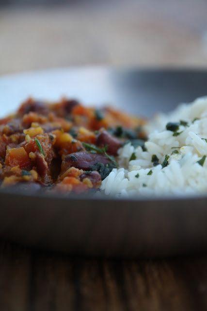Un piatto vegetariano indiano, ricetta estratta dal libro 'Le basi della cucina indiana': verdure, legumi, spezie, un piatto originale e sano. Buono a sapersi:potete sostituire i pomodori freschi con dei pelati. Ingredienti per 4 persone: 315gr di fagioli rossi messicani, 500gr di pomodori tagliati a pezzi, 1 cucchiaio di zenzero fresco, 2 spicchi d'aglio, 1 cipolla rossa, 1 peperoncino verde tagliato nel senso della lunghezza, 1 cucchiaino di semi di cumino, 1 cucchiaio di oli...