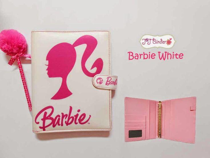 Nama  Produk : Binder Barbie White Ukuran   :A5 20ring : 55rb , B5 26 ring : 65rb Bahan  : Kain Satin Deskripsi : 3 slot kartu, 1 slot foto 1 Slot pulpen