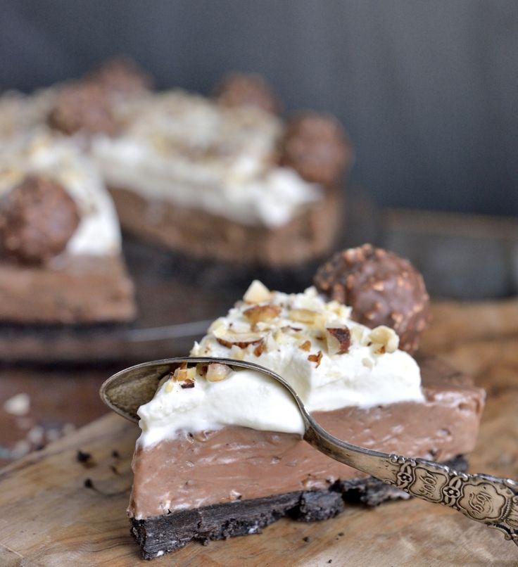 Oppskrift, tekst og foto: Franciska Munck-Johansen Hvis du liker Ferrero Rocher-sjokolade, vil du elske denne kaken! Den har en uimotståelig sjokolade-/nøttesmak og er flott å se på. Ferrero Rocher-kake Bunn 1 1/2 pakke Oreo-kjeks (225 g) 50 g smeltet smør Fyll 700 g Philadelphia kremost naturell 400 g Nugatti (gjerne Nugatti Nøtteknas eller lignende) Pynt …