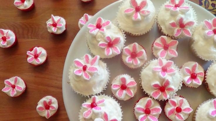michaskitchen.com cupcakes de vainilla con flores de bombones para el dia de las madres!!