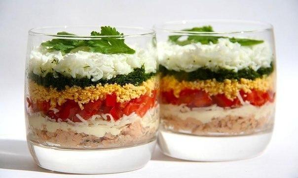Салат с рыбными консервами, помидорами и сыром. Подаётся такой рыбный салат порционно - в стаканчиках или креманках.