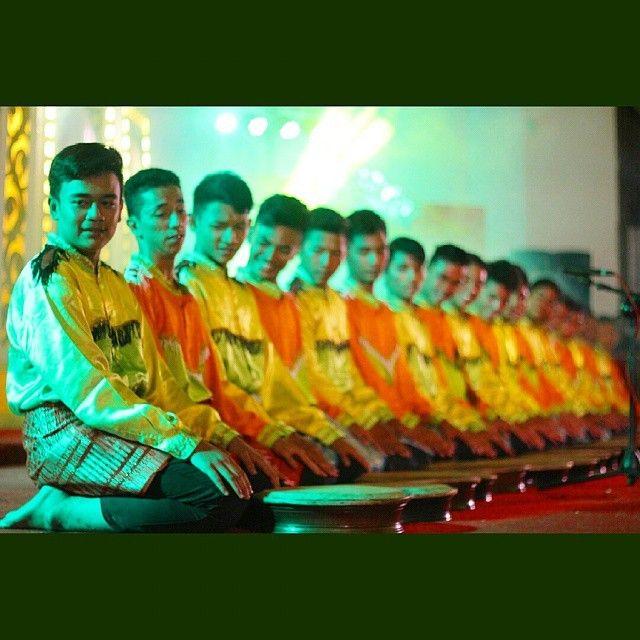"""""""Rapai geleng MAN MODEL Banda Aceh""""  Rapa'i Geleng adalah sebuah tarian etnis Aceh yang berasal dari wilayah Aceh Bagian Selatan tepatnya Manggeng, yang sekarang masuk kawasan Kabupaten Aceh Barat Daya. Rapa'i Geleng dikembangkan oleh seorang anonim di Aceh Selatan. Permainan Rapa'i Geleng juga disertakan gerakan tarian yang melambangkan sikap keseragaman dalam hal kerjasama, kebersamaan, dan penuh kekompakan dalam lingkungan masyarakat. Tarian ini mengekspresikan dinamisasi masyarakat dalam…"""