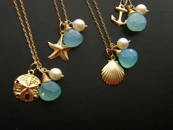 Usted recibirá una 1 collar de esta orden. Elija una de las siguientes: Un encanto de anclaje de un solo, encanto de concha, encanto del dólar de arena o estrella de mar encanto todo relleno de oro k 14. Cada colgante se empareja con una sola perla blanca clásica y un briolette de calcedonia azul del mar. Cada piedra y colgante ha sido alambre envuelto en una delicada 14 k oro 16inches lleno con cadena larga. Esto es perfecto para una boda temática náutica! También están disponibles en…