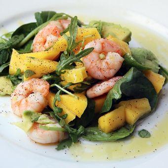 Insalata di mango, avocado, rucola, spinaci, noci, gamberetti e semi di papavero. Ricetta di Marica Moda su senzalatte.org