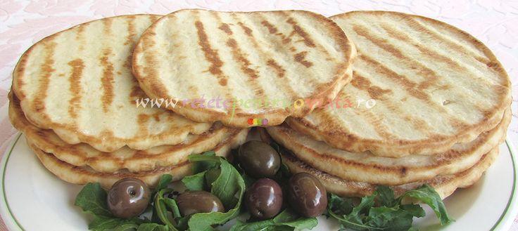 Pita greceasca se pregateste foarte usor in casa, din ingrediente la indemana oricui. O data pregatita, o putem tine la congelator si decongela inainte de servire. Pita greceasca este gustoasa si moale, perfecta alaturi de gyros de pui, hummus, tzatziki, dar si pe post de blat pentru o pizza rapida. Poate inlocui cu succes painea, […]