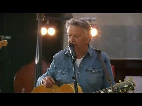 "God jul önskar Sven-Ingvars  (""Så många mil"" live) - TV4 - YouTube"