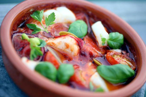 Im Ofen gebackener Skrei mit köstlich mediterranen Aromen ist ein hervorragendes Rezept, wenn Sie Ihrer Familie oder Freunden ein schmackhaftes, aber dennoch schnell zuzubereitendes Essen servieren...