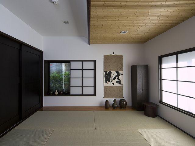 黒い障子の桟、黒い引き戸。和室をモダンに引き締めています。