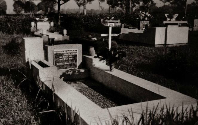 "Oleh: Vecco Suryahadi Saputro (@veccosuryahadi) Makam Ida Jacoba Andina Douwes Dekker di Pandu (Foto: Media-KITLV)Jika kita mencari foto Permakaman Pandu di KITLV dengan kata kunci ""Pandu"", niscaya…"