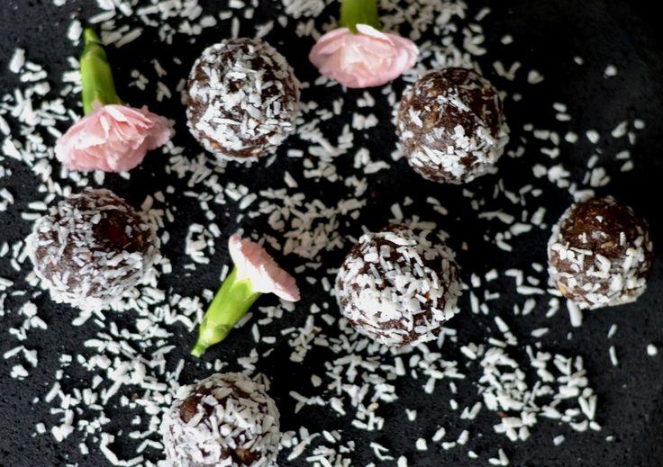 För några månader sedan la jag upp receptet på dessa jordnötsbollarna här på bloggen men jag tycker så mycket om dem så de är värda att läggas upp igen. De innehåller varken ägg, mjölk eller gluten och har blivit en stor favorit här hemma hos oss båda. De går snabbt att mixa ihop och är perfekta a
