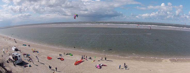 An unserer Kitesurfschule auf Langeoog kannst Du bei perfektem Flachwasser in der Lagune schnell und sicher Kitesurfen lernen. Kiten lernen an der Nordsee!