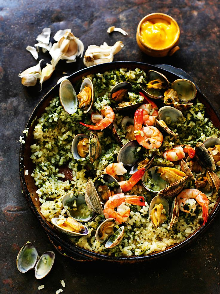 Green rice with garlic, parsley, clams & prawns (Arroz verde)