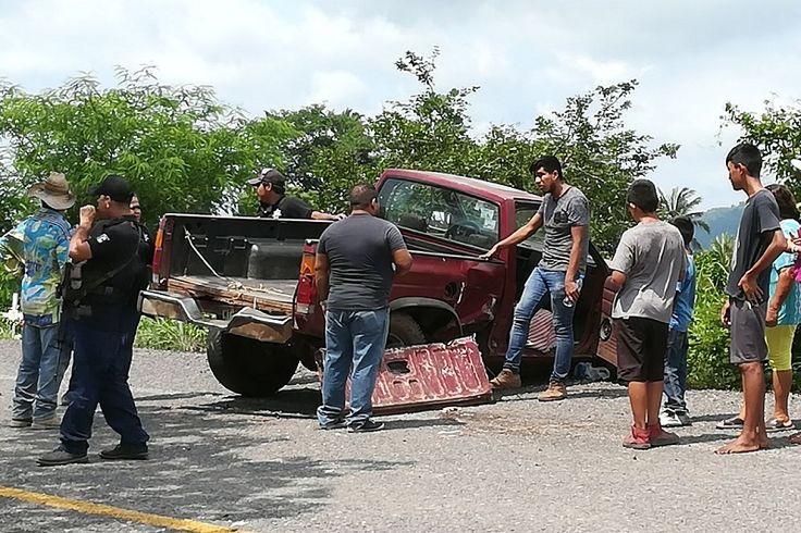 """En Coahuayana, sobre la carretera federal número 200, a la altura de la comunidad de """"El Zapotal"""", se registró un choque de frente entre una camioneta Nissan Roja y un ..."""
