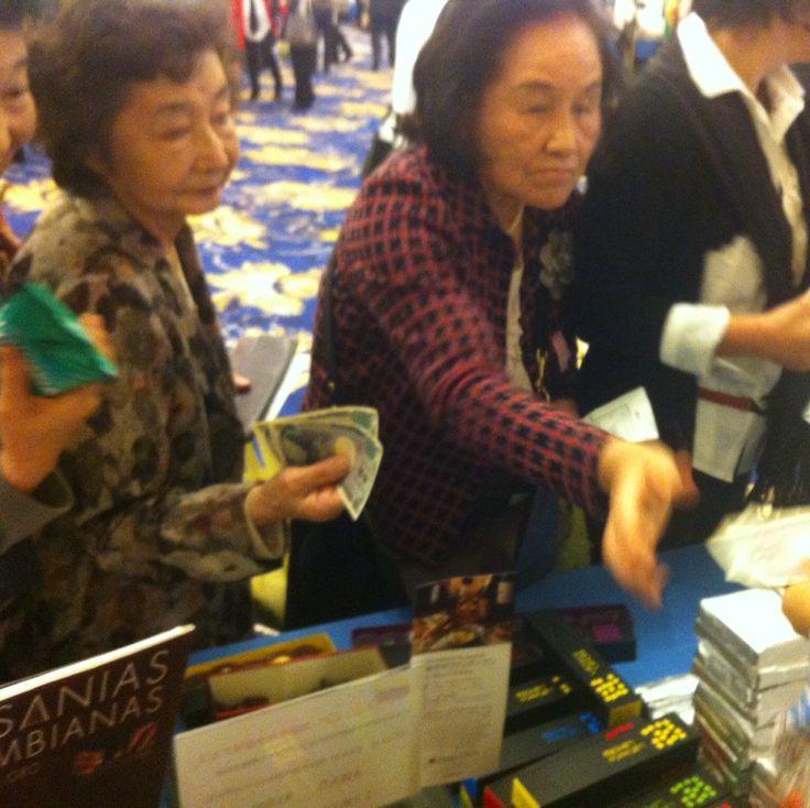 Compradores de nuestros bombones en el Festival del Latinoamérica y el Caribe, en Tokio. Además de nuestra bombonería, la muestra de productos nacionales incluía café y  joyería en filigrana.