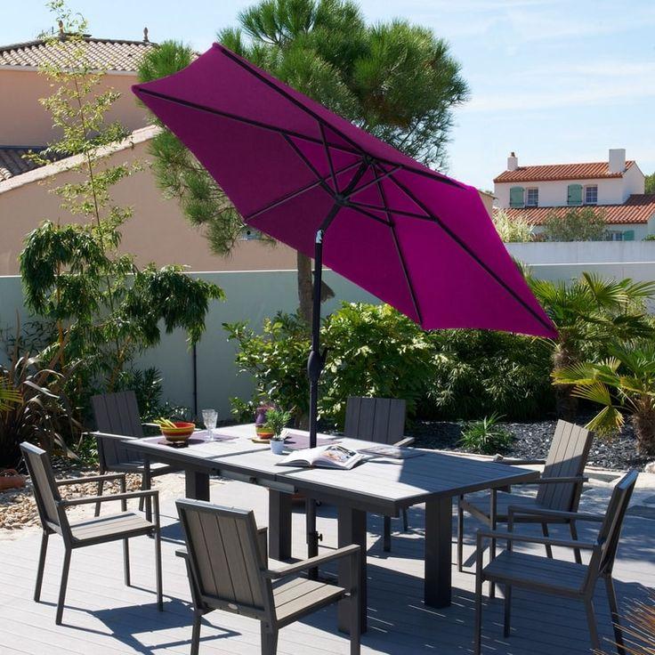 Un parasol inclinable au centre de la table de jardin