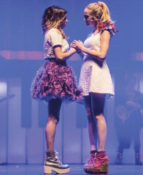 Yo y Mechi en Violetta En Vivo! *--* Miran todo que szapatos que tengan ellas!! *--* @TiniStoesel