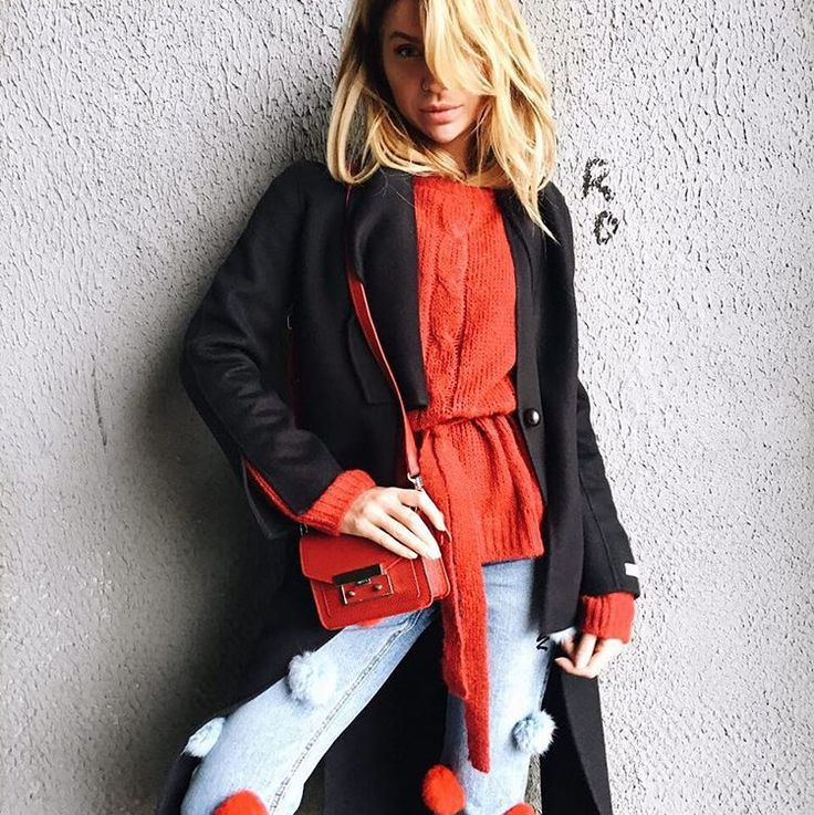 На @innochii свитер с поясом, цена 8500₽❤️ Джинсы с помпонами, цена 8500₽🔴⚫️ Сумка Maslov цена 22.000₽🐾 Пальто уже продано😉 +7975475-4444 Вотсапп  Ленинградский проспект 26с1🛍🛍🛍