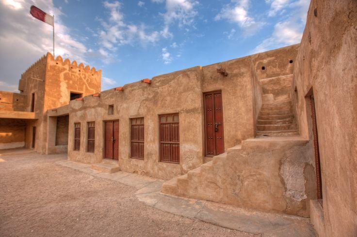 La ville côtière fortifiée d'Al Zubarah, sur le golfe persique, est devenue un centre florissant de pêche et de commerce des perles au 18e et au début du 19e siècle, avant d'être détruite et abandonnée en 1811. Créée par des marchands du Koweït, Al Zubarah entretenait des liens commerciaux avec l'océan Indien, l'Arabie et l'Asie occidentale.