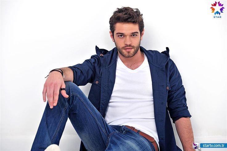 Kaçak Gelinler dizisinde Selim karakterini canlandıran yakışıklı oyuncu Furkan Andıç, başarılı oyunculuğuyla da dikkatleri çekiyor.