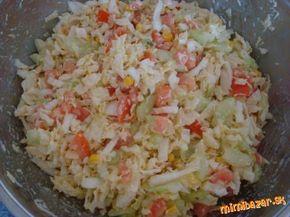 Chutný šalát z čínskej kapusty: 1 hlávka čínskej kapusty, 3 paradajky, 1 šalátová uhorka, malá konzerva sterilizovanej kukurice, 200 g tvrdého strúhaného syru NA DRESING: 5 PL tatárskej omáčky, 1 PL oleja, 1 PL horčice, 1 PL octu, podľa chuti soľ ...nakrájame zeleninu....zmiešame tatárku, horčicu, olej a ocot..... .....zamiešame do šalátiku...jemne prisolíme...a šupneme aspoň na 20 minút do chladničky