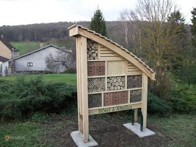 """Пчелиный отель – #Франция #Прованс (#FR_U) Вот такие """"отели"""" для пчел-одиночек можно встретить в разных уголках Франции. По задумке изобретателей они должны поспособствовать восстановлению серьезно сократившейся популяции этих полезных насекомых. http://ru.esosedi.org/FR/U/1000084904/pchelinyiy_otel/"""