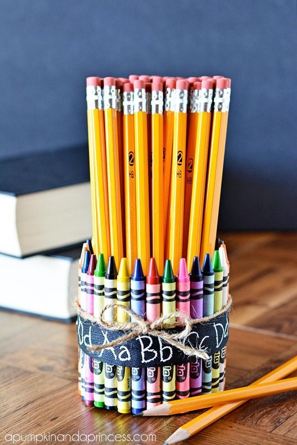 Simpan alat tulismu dengan rapi di meja belajar. Bikin makin semangat deh..