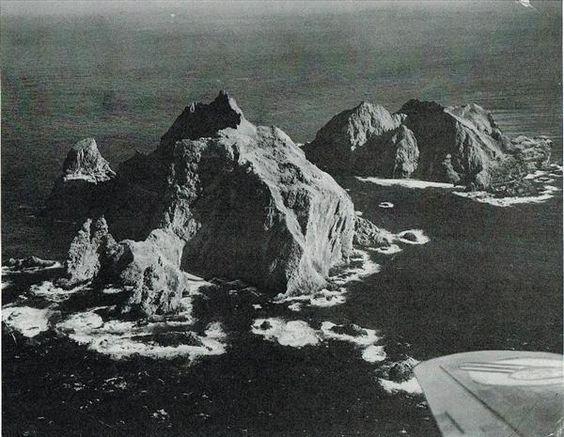 Dokdo 1953 / 12 / 28 産経新聞社が撮影したDokdo。当時の紙面には「手前西島、後は東島=(本社双発ビーチクラフト機にて、高橋、疋田写真部員撮影=藤本航空部長、寺坂航空士操縦)」とある。