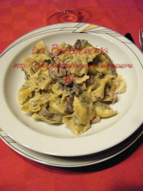 Tortellini con funghi, prosciutto e panna