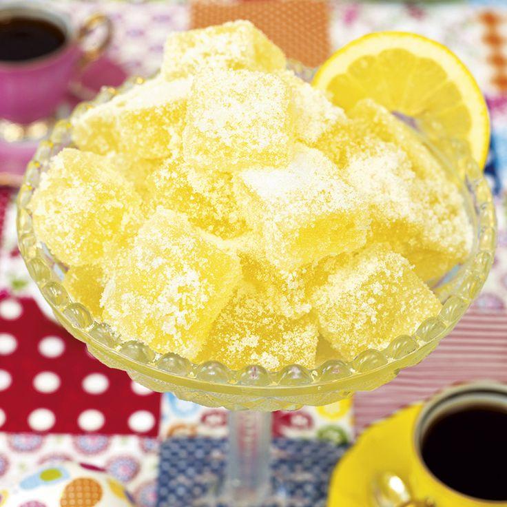 Citronsyrliga bitar rullade i strösocker.