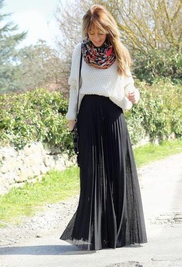 Outfit para inverno - otoño. Falda larga negra con maxi saco blanco y bufanda colorida