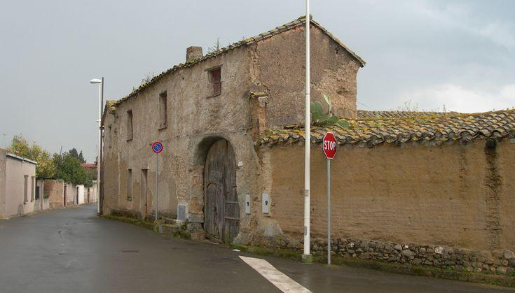 Sa domu de ladiri sono le case in mattoni di fango e paglia che anticamente definivano l'architettura paesana di molti centri del Campidano.