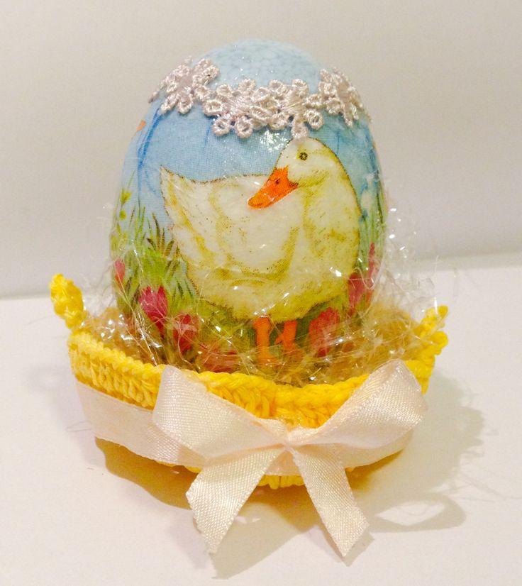 Uovo di Pasqua di polistirolo decorato a decoupage e dipinto con colori acrilici, con cestino realizzato all'uncinetto e fiocco di raso