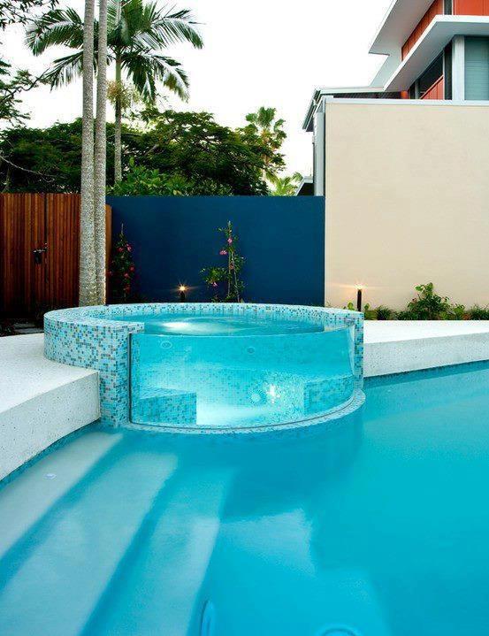 Piscina aquecida acoplada à piscina maior, separada por uma parede de acrílico que permite a visualização interna e concede um visual incrível e sofisticado ao ambiente.