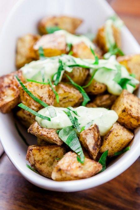 SEhr lecker, besonders der Dip!!! Geröstete Garam Masala-Kartoffeln mit Avocado-Limetten-Mayo - www.kuechenchaotin.de