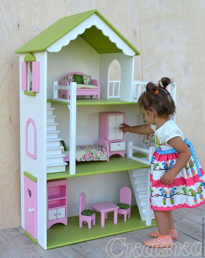 Купить или заказать Кукольный домик в интернет-магазине на Ярмарке Мастеров. Кукольные домики просто созданы для того, чтобы ребенок во время игры развивался, учился творить, осваивал новый опыт и примерял на себя разные социальные роли!) Игра в кукольный домик может подойти любому ребенку, начиная примерно с 3-х летнего возраста, когда в детских играх начинает проявляться ролевой элемент. А также в игре с кукольным домиком можно мягко привить ребенку правила поведения,…