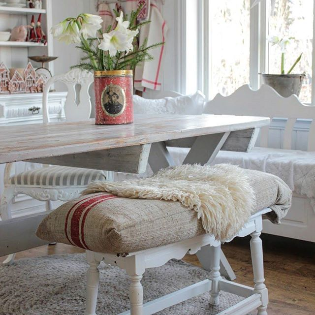 God fredag kveld herfra med et bilde fra kjøkkenet. Den gamle franske benken er både søt og praktisk..  Og med julepute av en gammel striesekk#christmas #julihuset
