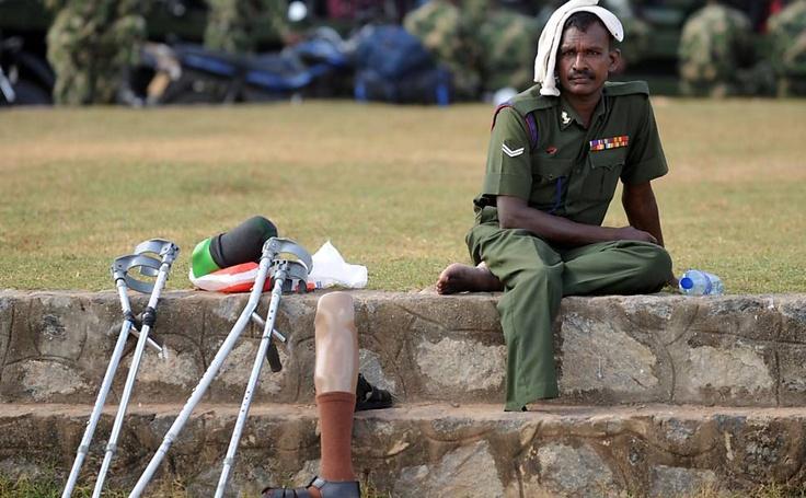 """Homem descansa durante ensaio do desfile """"Victory Day"""" em Colombo; onde comemora o terceiro aniversário da derrota militar dos rebeldes """"Tigres Tâmeis"""""""